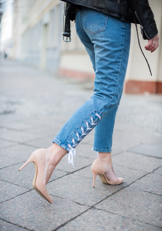 mom_jeans_outfit_lace-up_spring_look_5